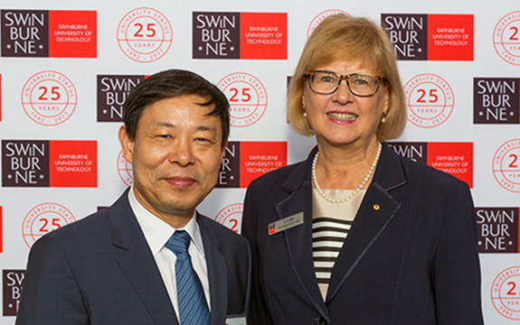 Tianjin Chenjian University President Li Zhongxian and Swinburne Vice-Chancellor and President Professor Linda Kristjanson at the Presidents' Forum.