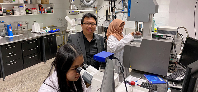Professor Akbar Rhamdhani, Ms Aulia Qisthi and Ms Bintang Nuraeni using DSC/TGA and high temperature microscope facilities in the Robert Simpson HTP Laboratory.